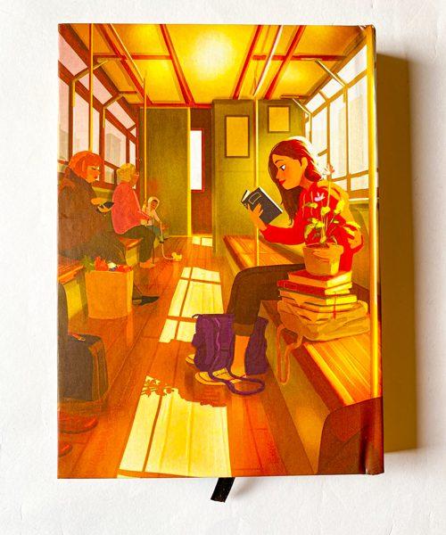 دفتر پالتویی خطدار دختر در مترو